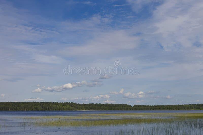 Cielo azul sobre el lago imagen de archivo