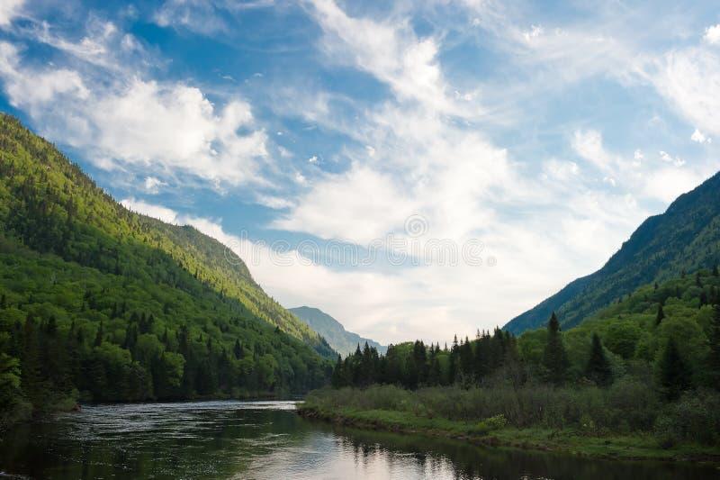 Cielo azul sobre el río fotografía de archivo