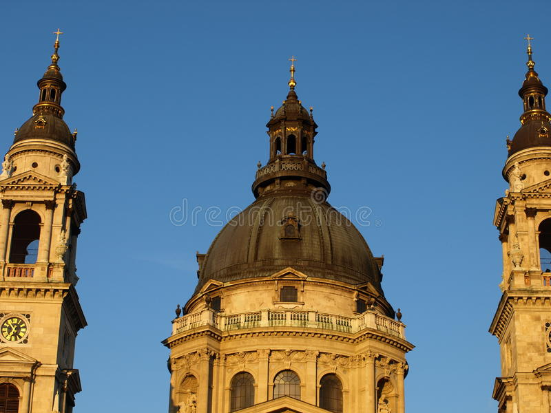 Cielo azul sobre la iglesia fotografía de archivo