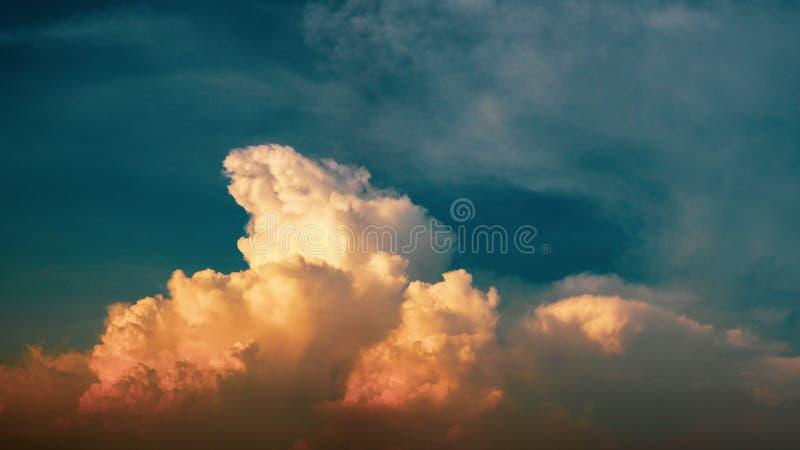 Cielo azul vibrante vivo panorámico hermoso con las nubes blancas y x28; effect& x29 del filtro; para la bandera de la web imagenes de archivo