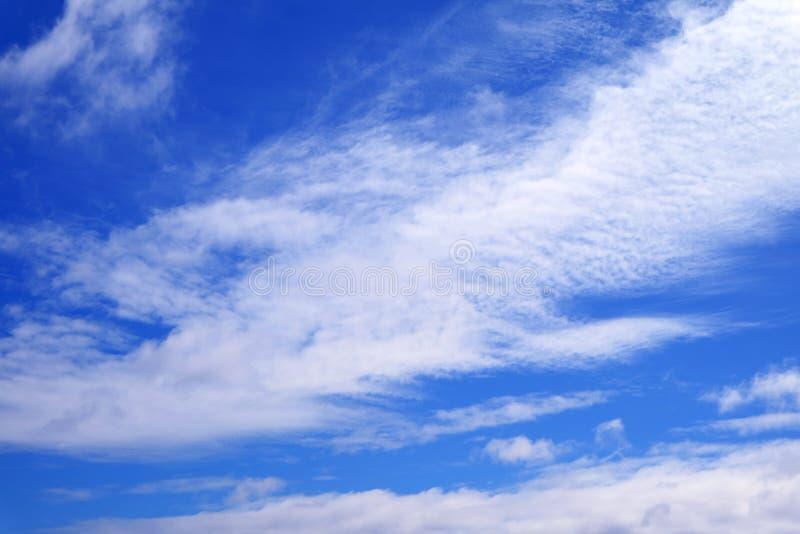 Cielo azul vivo con las nubes blancas puras foto de archivo libre de regalías