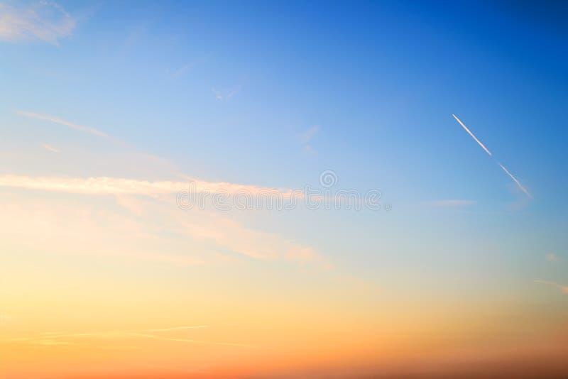 Cielo azul y de color naranja momentos antes de la salida del sol del verano Skyscape hermoso del amanecer Cielo claro del paraís foto de archivo libre de regalías