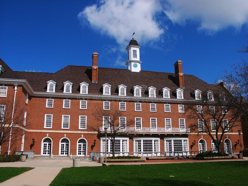 Cielo azul y edificio de ladrillo rojo imagen de archivo libre de regalías