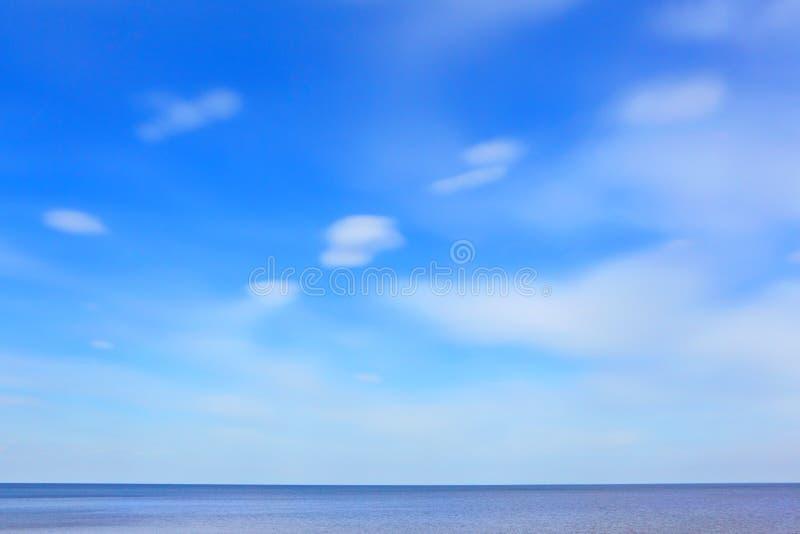 Cielo azul y mar fotos de archivo