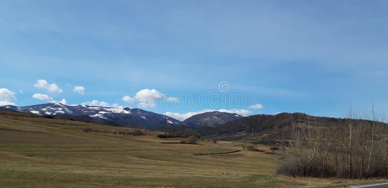 Cielo azul y montañas imagen de archivo
