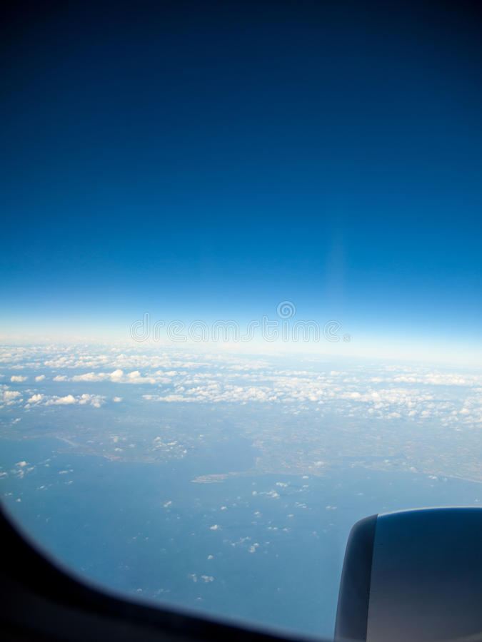 Cielo azul y motor Visión desde el vuelo del aeroplano en nubes imagen de archivo