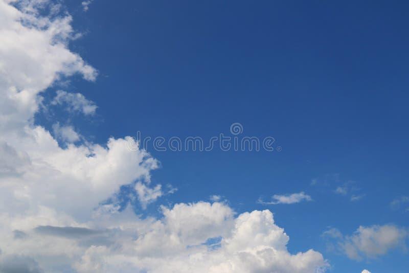 Cielo azul y nube imagenes de archivo