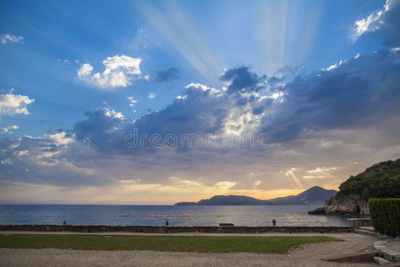 Cielo azul y nubes coloridas en la puesta del sol sobre el mar adriático fotografía de archivo libre de regalías