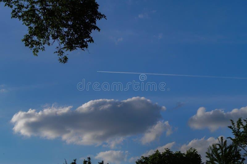 Cielo azul y nubes del verano imágenes de archivo libres de regalías