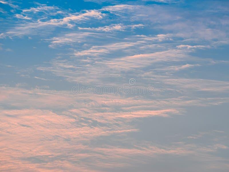 Cielo azul y nubes en luz de la mañana fotografía de archivo libre de regalías