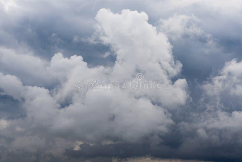 Cielo azul y nubes grises imágenes de archivo libres de regalías