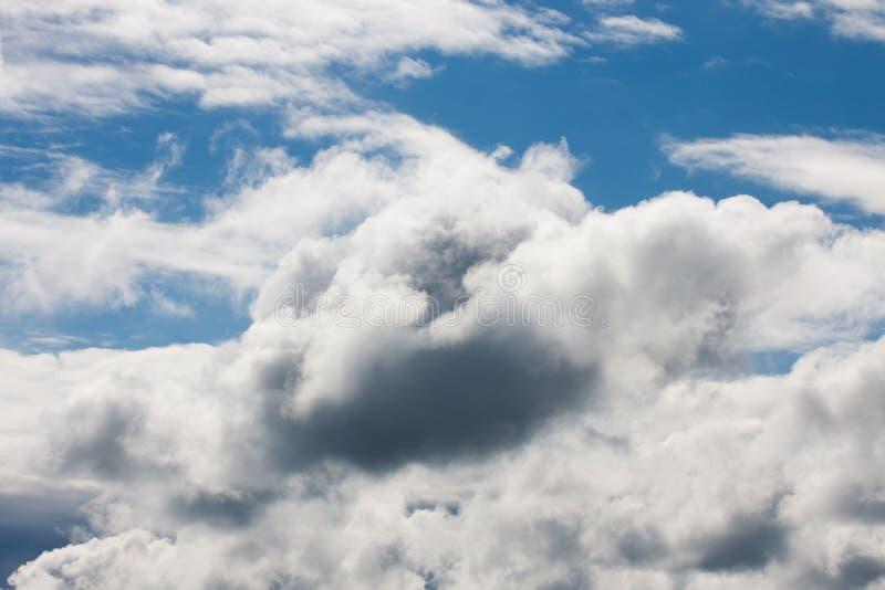 Cielo azul y nubes hinchadas imágenes de archivo libres de regalías