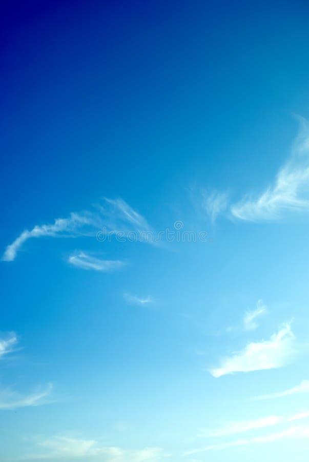 Cielo azul y nubes wispy fotos de archivo
