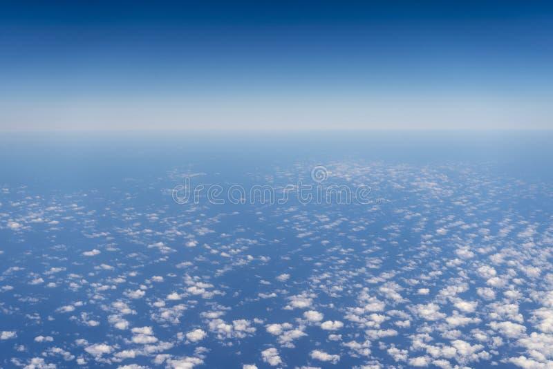 Cielo azul y océano vistos del aeroplano fotografía de archivo