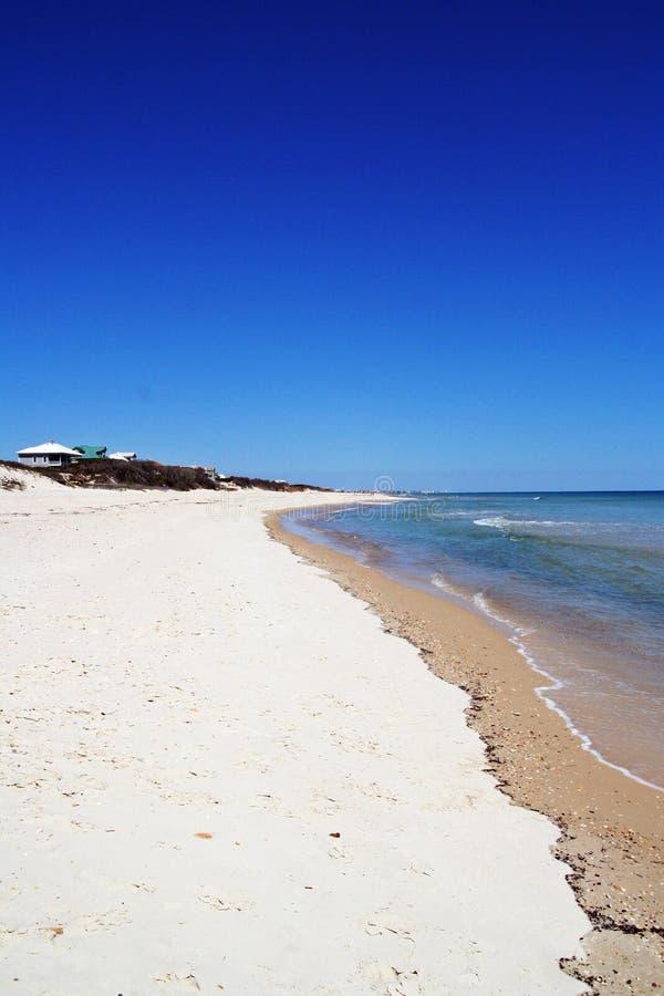 Cielo azul y playa vacía imagen de archivo libre de regalías