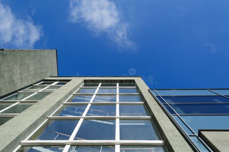 Cielo azul y top de los edificios imagen de archivo