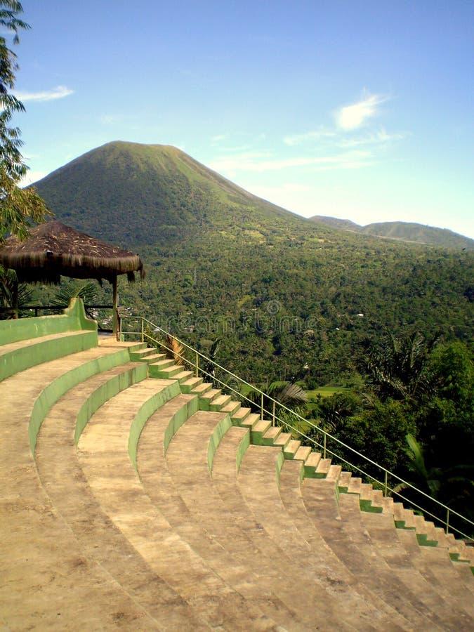 cielo azul y volcán de Lokon, Tomohon Indonesia fotos de archivo libres de regalías