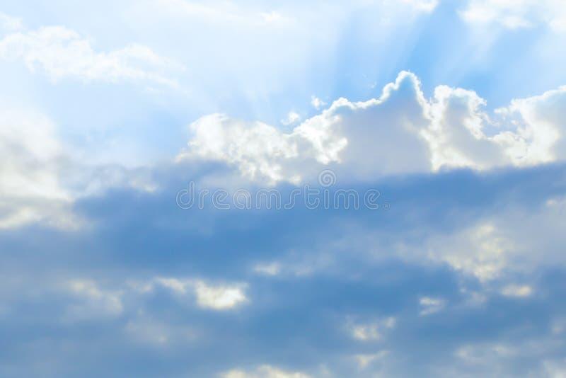 Cielo azzurrato del fondo variopinto luminoso con la luce bianca della base delle nuvole al sole aerata immagine stock