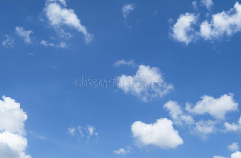 Cielo azzurro con nuvole bianche fotografia stock libera da diritti