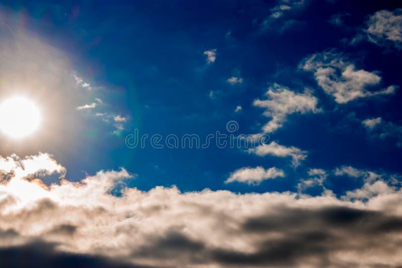 Cielo azzurro con nuvole e sole immagine stock libera da diritti