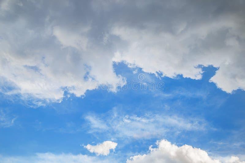 Cielo azzurro con nuvole tempestose immagini stock libere da diritti