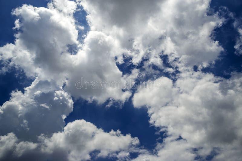 Cielo azzurro e bellissima formazione di nuvole immagini stock libere da diritti