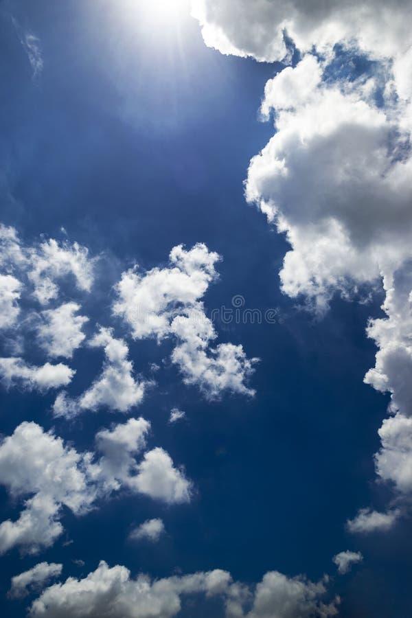 Cielo azzurro e bellissima formazione di nuvole immagine stock libera da diritti