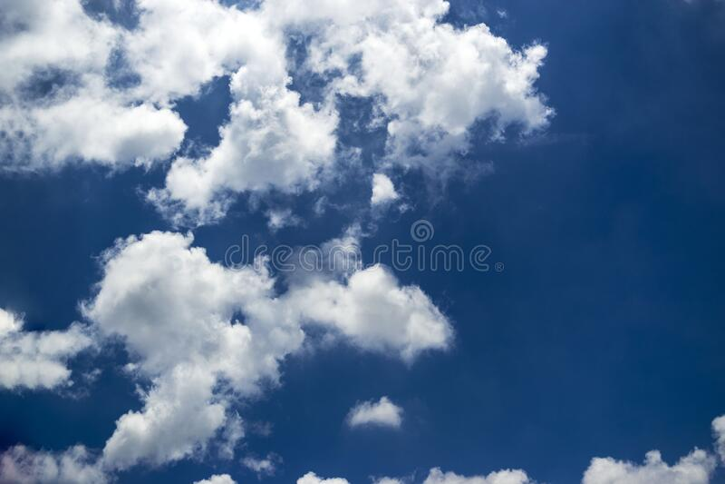 Cielo azzurro e bellissime nuvole con una bellissima formazione immagine stock