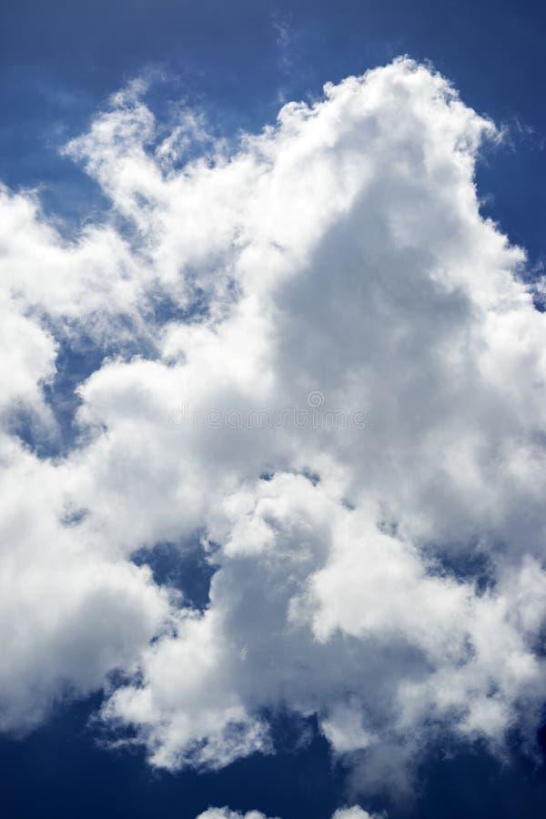 Cielo azzurro e bellissime nuvole con una bellissima formazione fotografie stock