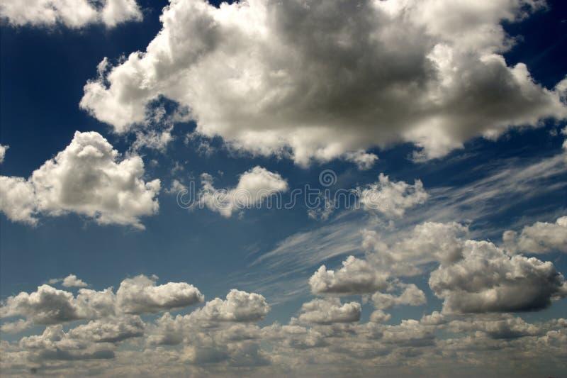 Cielo blanco azul del verano del sol fotografía de archivo