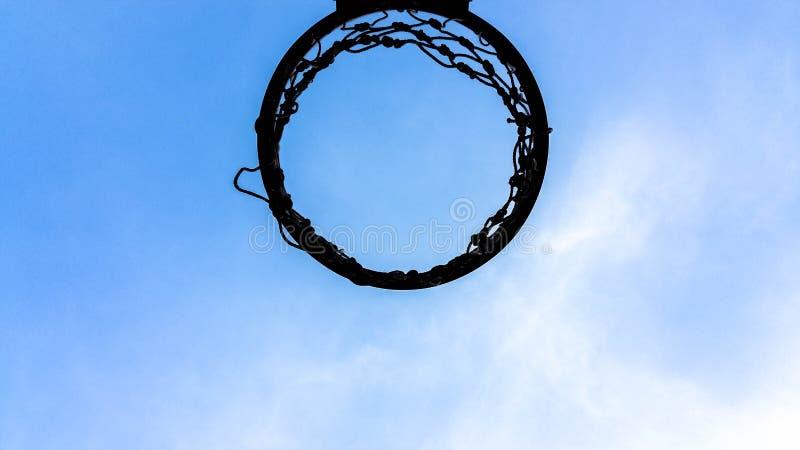 Cielo blu all'aperto del gioco di sport della corte di pallacanestro per progettazione del fondo fotografia stock