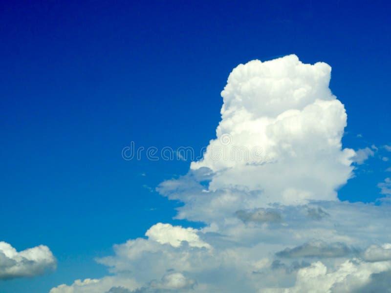 cielo blu bianco della radura della nuvola della sfuocatura in mano destra immagine stock libera da diritti