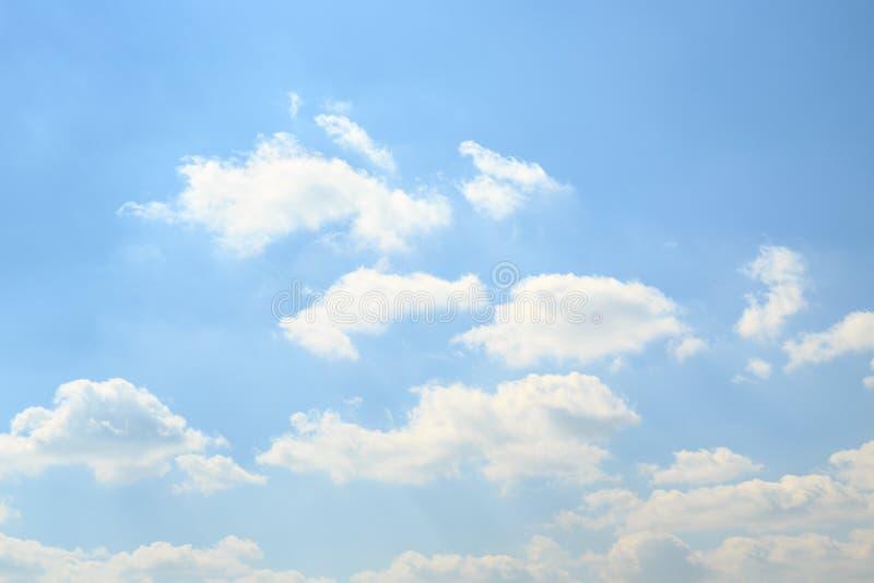 Cielo blu-chiaro con il fondo lanuginoso dell'etere delle nuvole immagini stock libere da diritti