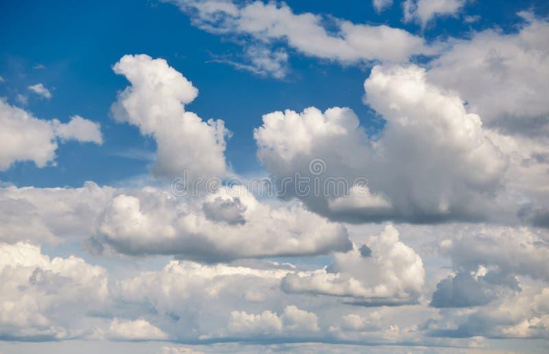 Cielo blu chiaro con nuvolosità come sfondo immagini stock