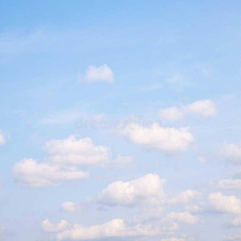 Cielo blu-chiaro della molla con le nuvole fotografia stock libera da diritti