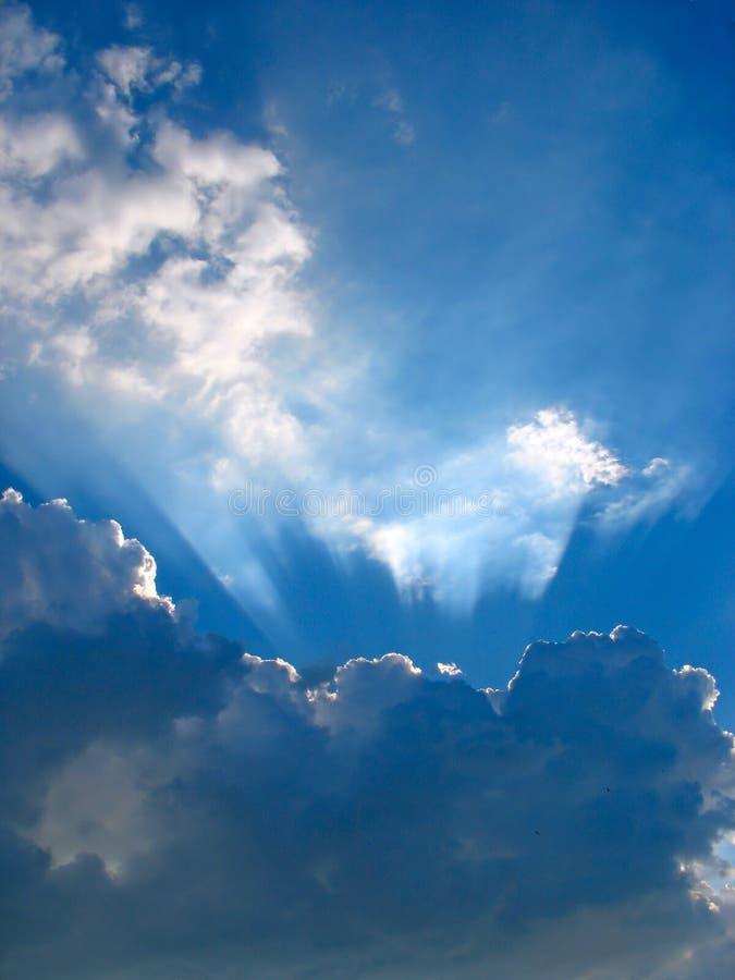 Cielo blu con i raggi del sole attraverso le nuvole fotografia stock libera da diritti