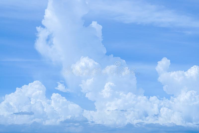 Cielo blu con il fondo bianco lanuginoso della nuvola fotografia stock