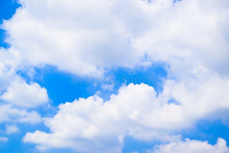 Cielo blu con il fondo 1 delle nuvole fotografie stock libere da diritti