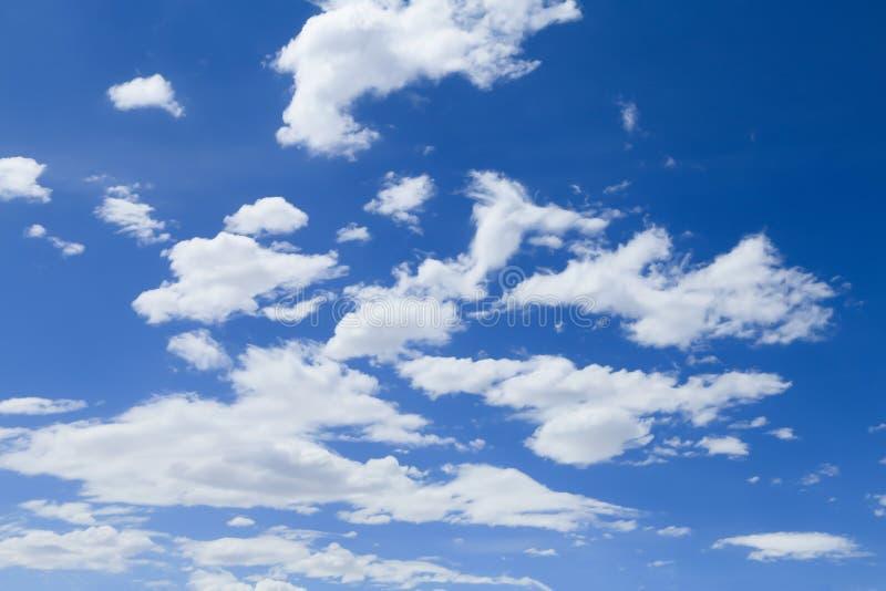 Download Cielo Blu Con Il Primo Piano Della Nube Immagine Stock - Immagine di ozono, meteorologia: 56889845