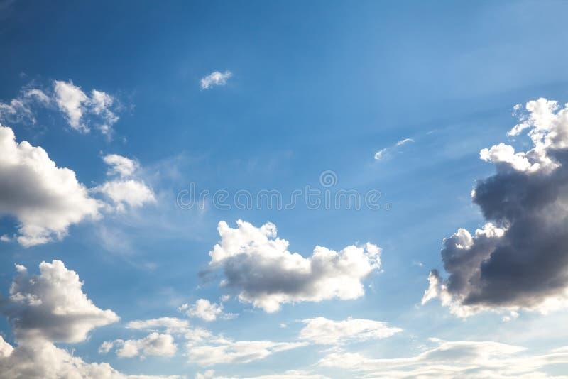 Cielo blu con il primo piano della nube immagine stock libera da diritti