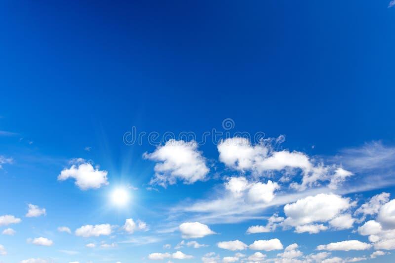 Cielo blu con il sole immagine stock
