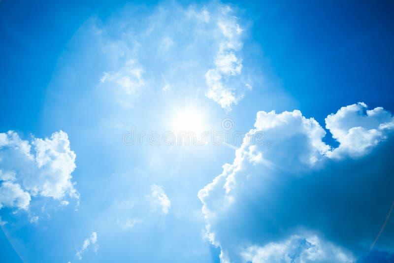 Cielo blu con il sole e le nubi immagini stock