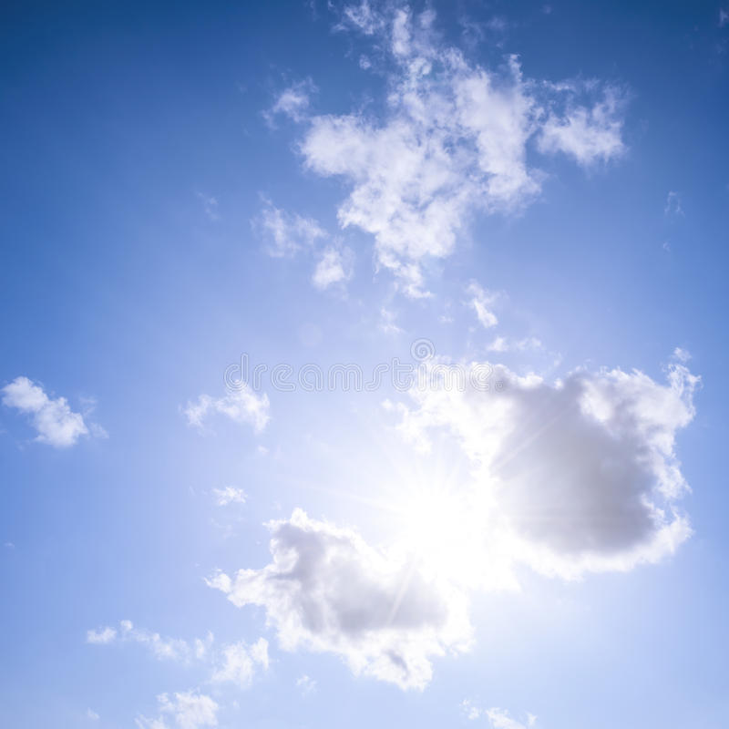 Cielo blu con il sole e le nuvole fotografia stock