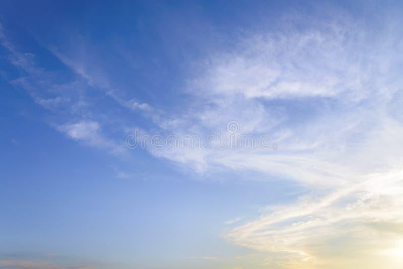 Cielo blu con la fine sul fondo delle nuvole e sulla p minuscoli lanuginosi bianchi fotografia stock