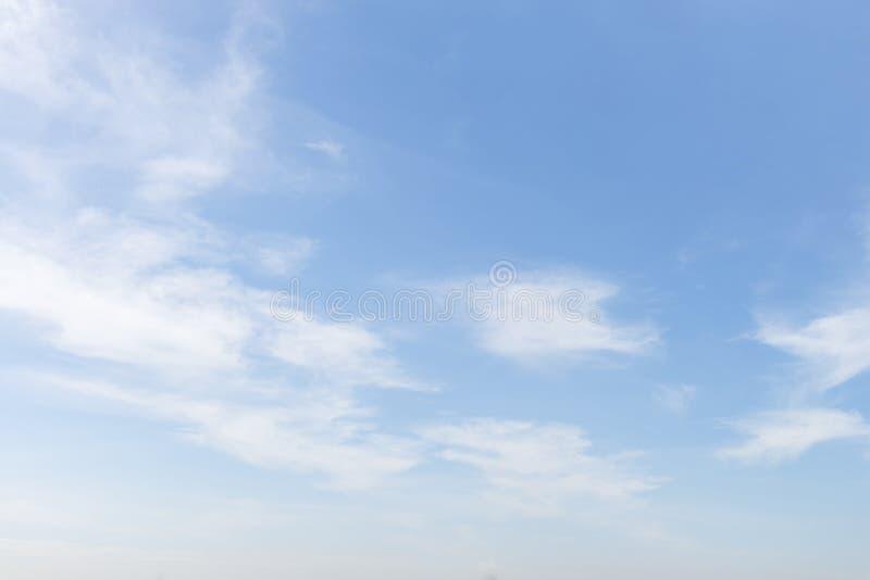 Cielo blu con la fine sul fondo delle nuvole e sulla p minuscoli lanuginosi bianchi fotografia stock libera da diritti
