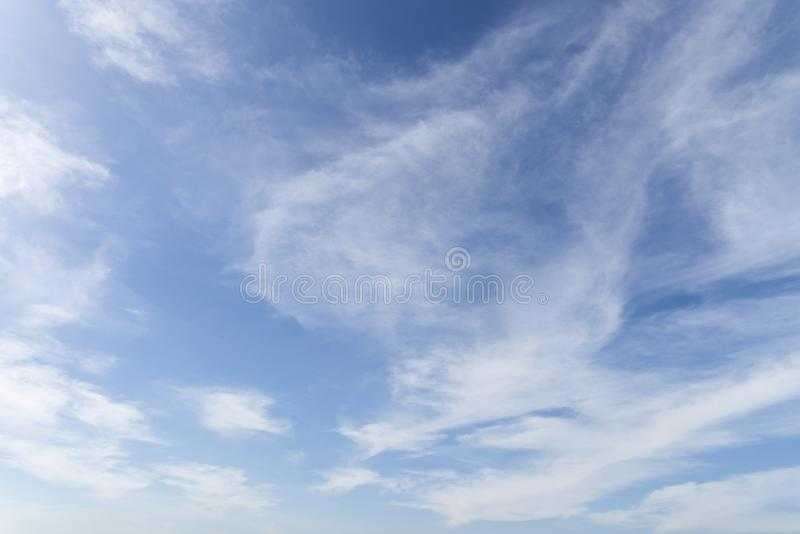 Cielo blu con la fine sul fondo delle nuvole e sulla p minuscoli lanuginosi bianchi fotografie stock