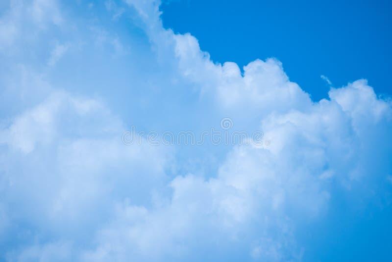 Cielo blu con la luce intensa della radura di bellezza del fondo della nuvola immagine stock