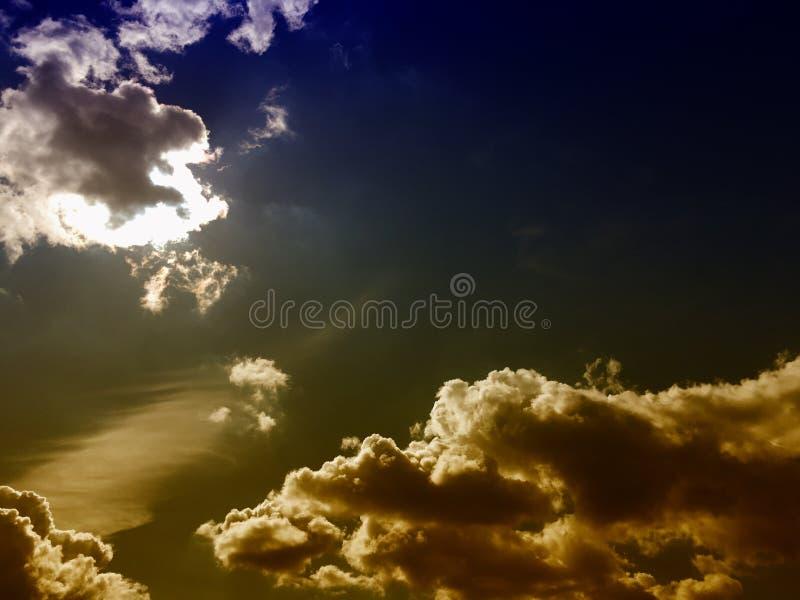 Cielo blu con la natura del fondo delle nuvole immagine stock libera da diritti