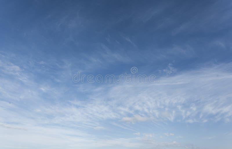Cielo blu con la nube fotografie stock libere da diritti