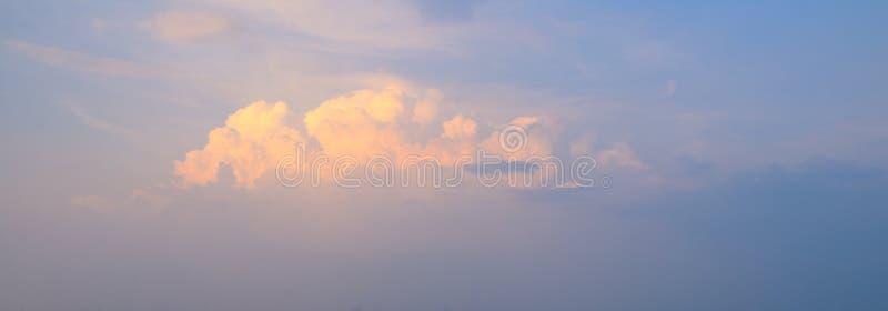 Cielo blu con la nuvola e l'illuminazione fotografia stock libera da diritti